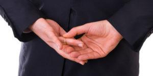 Homem tirando a aliança das mãos