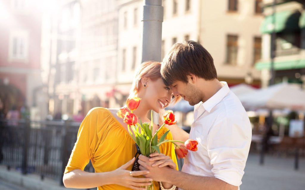 Fotod e um casal se olhando. Uma mulher recebendo flores vermelhas da mão de seu conjuge